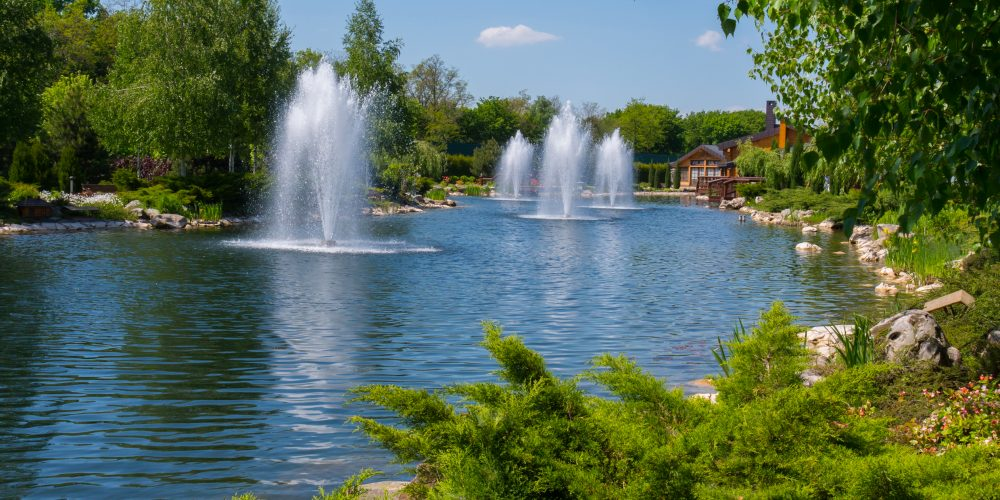 Magnificent,Blue,Clear,Lake,With,Several,Beating,Fountains,In,The